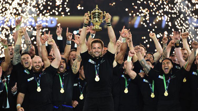 Richie McCaw soulève le trophée Webb-Ellis, le 31 octobre 2015, après que son équipe a remporté la Coupe du monde de rugby. (MAXPPP)