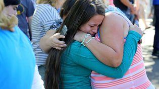 Une femme réconfortée par des proches après une fusillade à l'universitéUmpqua Community College, à Roseburg (Oregon, Etats-Unis), le 1er octobre 2015. (RYAN KANG / AP / SIPA)