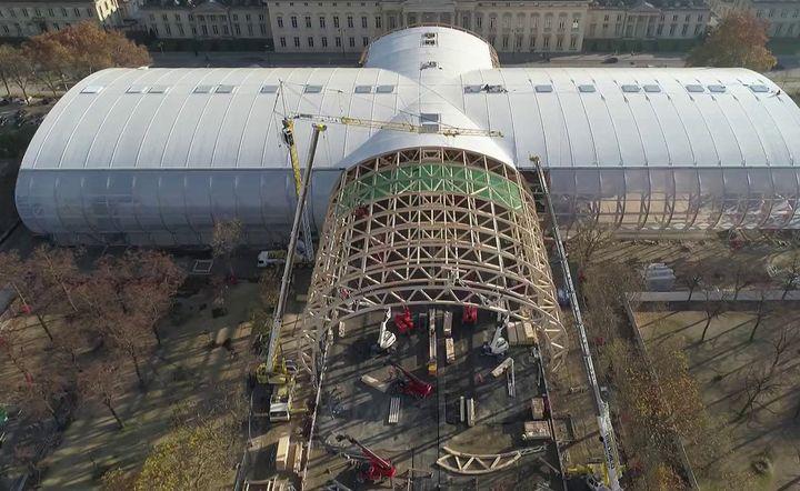Bâti sur le Champ de Mars, le Grand Palais éphémère est une prouesse architecturale, réalisée en seulement sept mois. (CAPTURE ECRAN FRANCE 2)