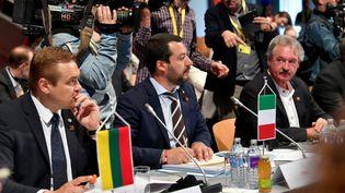 Le ministre lituanien de l'Intérieur Eimutis Misiunas (L) et le ministre italien de l'Intérieur et vice-Premier ministre Matteo Salvini (C) lors d'une réunion consacréeà la mise en place d'un plan migratoire commun, le 12 juillet 2018 à Innsbruck, en Autriche. (AFP PHOTO / BARBARA GINDL)