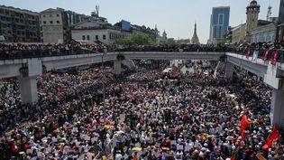 Des manifestants bloquent une route principale lors d'une manifestation contre le coup d'État militaire à Rangoun (Birmanie),le 17 février 2021. (YE AUNG THU / AFP)