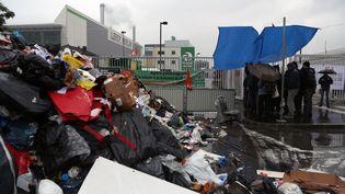 Une centaine d'éboueurs et d'égoutiers de Paris bloquent le centre de traitement de déchets d'Ile-de-France à Ivry-sur-Seine pour protester contre la loi Travail du gouvernement, le 30 mai 2016. (MAXPPP)