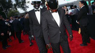 Le groupe français Daft Punk arrive pour assister à la 56ème cérémonie des Grammy Awards à Los Angeles (Californie, Etats-Unis), le 26 janvier 2014. (CHRISTOPHER POLK / GETTY IMAGES / AFP)