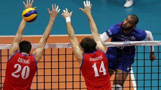 Le Français Earvin N'Gapeth face à deux joueurs serbes en finale de la Ligue mondiale de volley-ball, à Rio de Janeiro (Brésil), le 19 juillet 2015. (SERGIO MORAES / REUTERS)