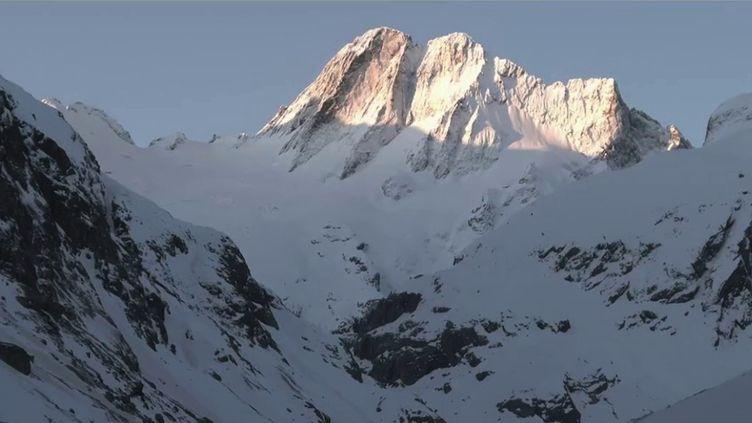 Cinq personnes sont mortes, lundi 3 mai, emportées par des avalanches dans les Alpes, entre les Hautes-Alpes et l'Isère. (CAPTURE ECRAN FRANCE 2)