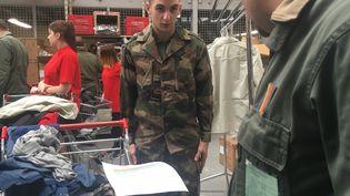 Un jeune homme étrenne son treillis au service militaire volontaire, mercredi 13 juin 2016, sur la base aérienne de Rochefort (Charente-Maritime). (F. MAGNENOU / FRANCETV INFO)