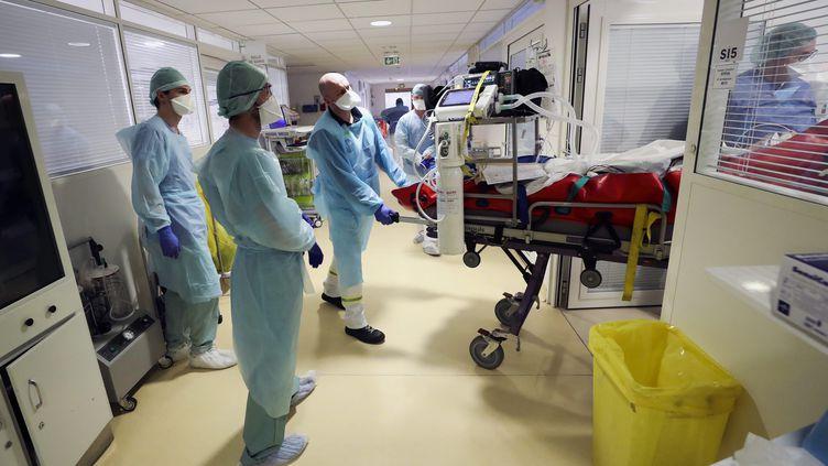 Un patient Covid est transféré par le Samu du Nord, le 22 mars 2021, dans une chambre de l'hôpital privé de Bois-Bernard (Pas-de-Calais), qui a ouvert un service de réanimation. (MAXPPP)