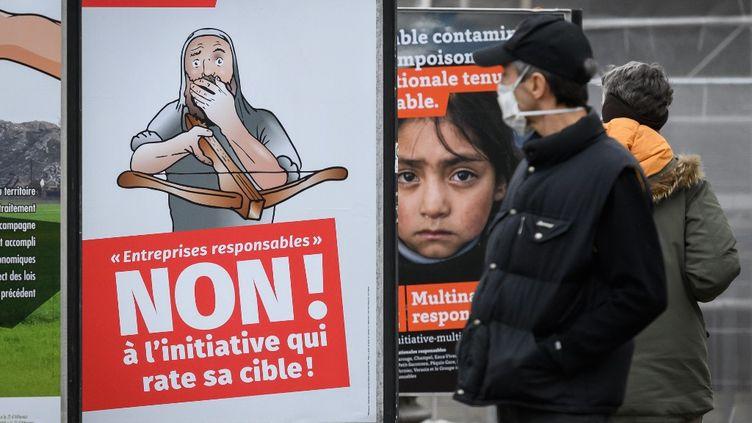 """Une affiche contre l'initiative pour """"des entreprises responsables"""" en Suisse, le 29 novembre 2020. (FABRICE COFFRINI / AFP)"""