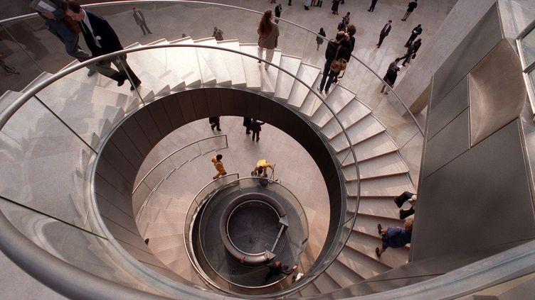 Les escaliers du musée du Louvre, en pierre de Bourgogne. (DANIEL JANIN / AFP)