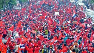 Les chemises rouges dans les rues de Bangkok en soutien à l'ancien Premier ministre Thaksin Shinawatra, le 20 mars 2010. (AFP/PORNCHAI KITTIWONGSAKUL)