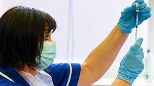 Une infirmière prépare une dose de vaccin Pfizer-BioNtech, à Derby (Royaume-Uni), le 20 septembre 2021. (PAUL ELLIS / AFP)