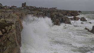 De fortes rafales de vent ont provoqué une forte houle à Batz-sur-Mer (Finistère), dès dimanche 31 décembre. (CAROLINE PAUX / CROWDSPARK / AFP)