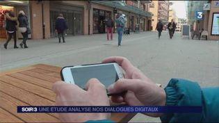 Le téléphone portable est devenu un moyen de communication essentiel. (FRANCE 3)