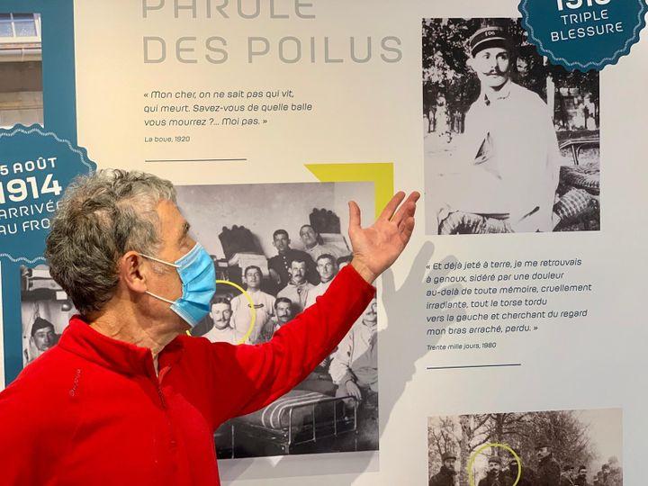 Jean-Louis Gonin, montre l'exposition permanente consacrée à MauriceGenevoixà Saint-Denis-de-l'Hôtel (Loiret). (TIMOUR OZTURK / RADIO FRANCE)