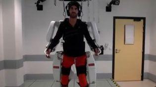 Un jeune homme tétraplégique de 28 ans a pu remarcher grâce à un exosquelette révolutionnaire conçu dans un centre de recherche biomédicale à Grenoble (Isère), contrôlable par la pensée. C'est une première mondiale. L'essai clinique vient d'être validé. (FRANCE 2)
