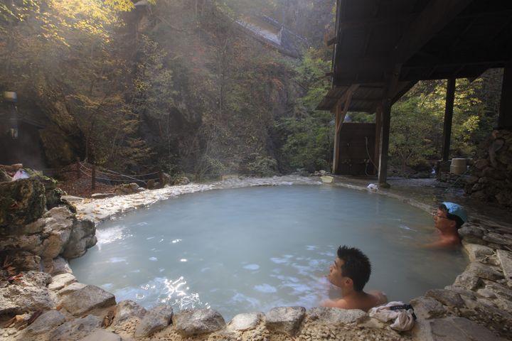 Les onsen sont des sources d'eau chaude, comme ici dans la ville thermale Shirahone. (CYRIL RUOSO / BIOSPHOTO)
