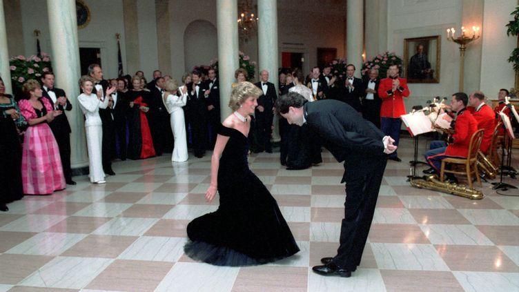 La princesse Diana danse avec John Travolta à la Maison blanche lors d'un diner donné par Ronald Reagan pour le prince Charles et sa femme (9 novembre 1985) (PETE SOUZA / PETE SOUZA - COURTESY RONALD REAGAN / DPA PICTURE ALLIANCE / AFP)