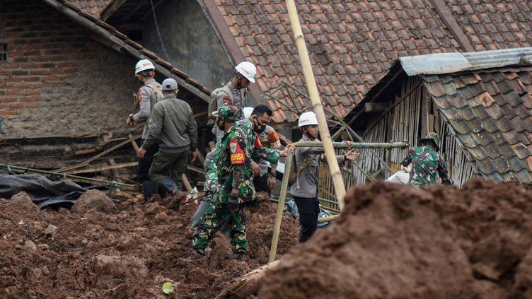 Des secours tentent de retrouver des survivants après un double glissement de terrain dans la ville deSumedang, en Indonésie, dimanche 10 janvier 2021. (TIMUR MATAHARI / AFP)