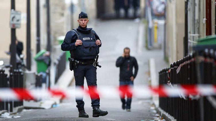 (L'homme aurait été arrêté la semaine dernière au Maroc (ici, un policier en faction sur les lieux de l'attaque à Paris) © Maxppp)