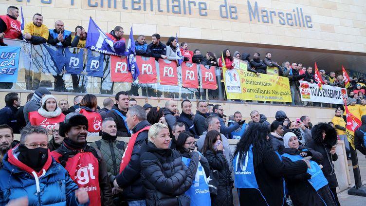 Des surveillants de prison bloquent le centre pénitentiaire des Baumettes, à Marseille, le 23 janvier 2018 (MAXPPP)