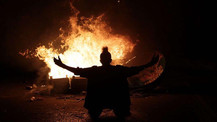 Des manifestants ont également brûlé des voitures ou mis le feu à des barricades artisanales érigées pour faire obstacle aux forces de police, ici à Rio de Janeiro, le 17 juin 2013. (SILVIA IZQUIERDO / AP / SIPA)