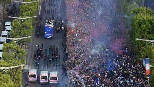 Le bus des Bleus sur les Champs-Elysées, lundi 16 juillet, au lendemain du titre mondial acquis en Russie. (BERTRAND GUAY / AFP)