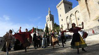 Performance d'acteurs devant le palais des papes à Avignon pour l'ouvertur du festival, le 6 juillet 2017 (ANNE-CHRISTINE POUJOULAT / AFP)