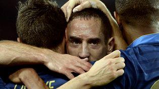 Franck Ribéry est félicité par ses équipiers après avoir marqué lors de la large victoire de la France sur l'Australie, le 11 octobre 2013 au Parc des Princes, à Paris. (FRANCK FIFE / AFP)