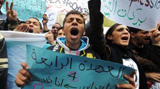 Des militants du mouvement Barakat opposés à un quatrième mandat du président AbdelazizBouteflika, le 27 mars 2014. (FAROUK BATICHE / AFP)