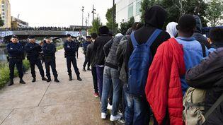 Des migrants sont évacués du camp du Millénaire, à Paris, le 30 mai 2018. (GERARD JULIEN / AFP)