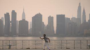 Un homme dans un parc de Brooklyn, à New York (Etats-Unis), le 20 juillet 2021. (ED JONES / AFP)