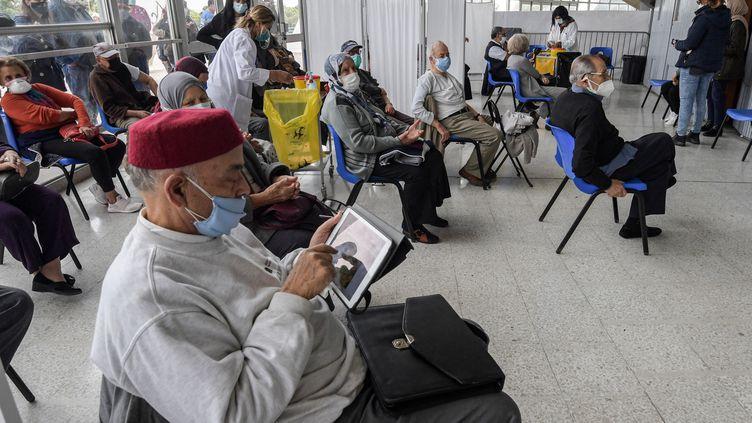 Des personnes patientent avant de recevoir une dose du vaccin de Pfizer/BioNTech, le 12 avril 2021 dans un centre de la capitale Tunis (Tunisie). (FETHI BELAID / AFP)