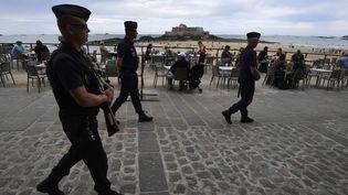 Des CRS patrouillent sur une plage de Saint-Malo (Ille-et-Vilaine), le 21 juillet 2016. (DAMIEN MEYER / AFP)