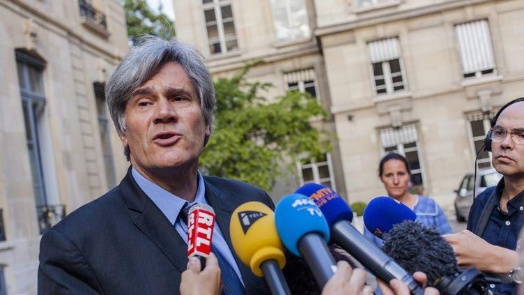 Le ministre de l'Agriculture, Stéphane Le Foll, répondà la presse avantla réunion avec les représentants de la filièrelait, le 23 juillet 2015 à Paris. (MAXPPP)