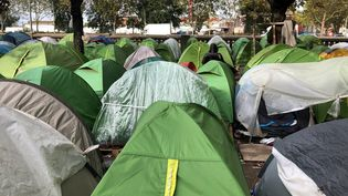 L'un des camps de migrants du nord-est parisien. (VINCENT ISORE / MAXPPP)