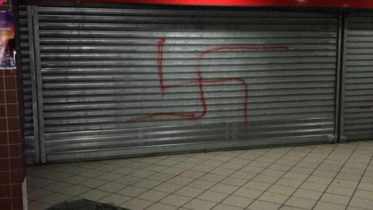 Une croix gammée sur la devanture d'un magasin de Créteil (Val-de-Marne), le 3 janvier 2017. (DR)
