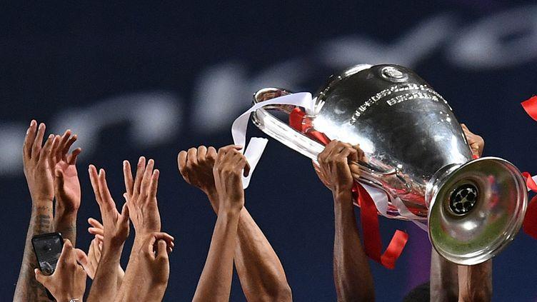 Les joueurs du Bayern Munich célèbrent leur victoire, après avoir remporté la finale de la Ligue des champions face au Paris Saint-Germain, à Lisbonne, le 23 août 2020. (DAVID RAMOS / POOL)