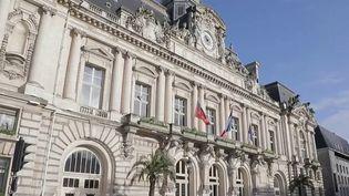 Certaines villes considérablement endettées ont tenté de réduire leur dette en évitant d'augmenter leurs impôts. Comment ont-elles fait ? Enquête à Tours (Indre-et-Loire) et à Cannes (Alpes-Maritimes). (France 2)