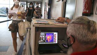 Des passagers à l'aéroport d'Ajaccio, le 14 juillet 2020. (PASCAL POCHARD-CASABIANCA / AFP)