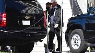 Donald Trump quitte la Maison Blanche pouraller jouer au golf, samedi 7 novembre 2020 à Washington. (ANDREW CABALLERO-REYNOLDS / AFP)