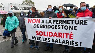 Des travailleurs de Bridgestone manifestent contre la fermeture de leur usine à Béthune (Pas-de-Calais). (DENIS CHARLET / AFP)