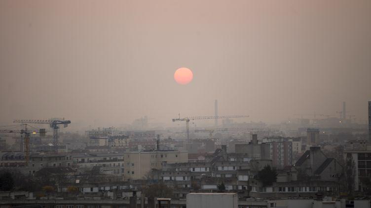 Les toits de Paris sont recouverts d'une brume de pollution, le 13 mars 2014. (ANN-DEE LAMOUR / CITIZENSIDE / AFP)