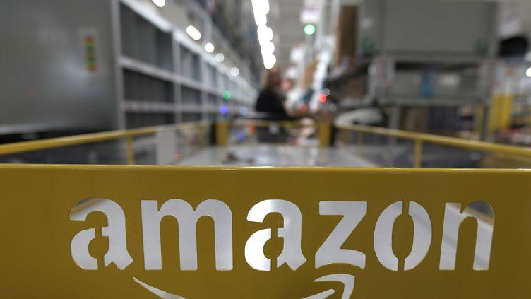 Un entrepôt et le logo Amazon. Photo d'illustration. (AFP)