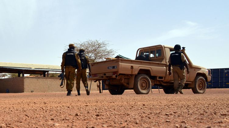 Des soldats burkinabés en patrouille à Tambao, dans le nord du Burkina Faso, le 5 avril 2015. (AHMED OUOBA / AFP)