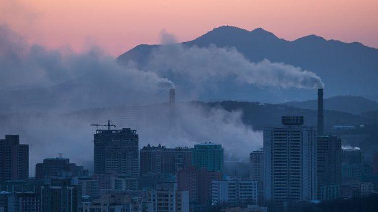 La ville de Pyongyang, le 17 février 2017, où l'on aperçoit les cheminées d'une centrale électrique (ED JONES / AFP )