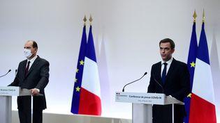 Jean Castex et Olivier Véran s'expriment sur la crise du Covid-19, le 4 février 2021 à Paris. (MARTIN BUREAU / AFP)