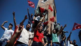 Des partisans de Erdogan manifestent à Istanbul (Turquie), le 16 juillet 2016. (ALKIS KONSTANTINIDIS / REUTERS)