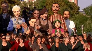 """Dernière répétition dans les rue de Villeurbannepar le groupe """"Les Grandes personnes"""" avant le défilé de la Biennale de la danse le 18 septembre au stade de Gerland  (France 3 / Culturebox)"""