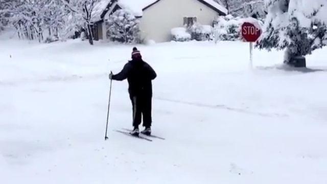 Un habitant d'Erie se déplace en ski dans la rue