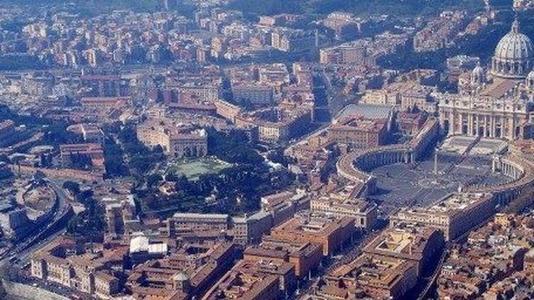 Vue d'une partie du Vatican ─ la place et la basilique Saint-Pierre ─ dans Rome. (POLIZIA MODERNA / AFP)